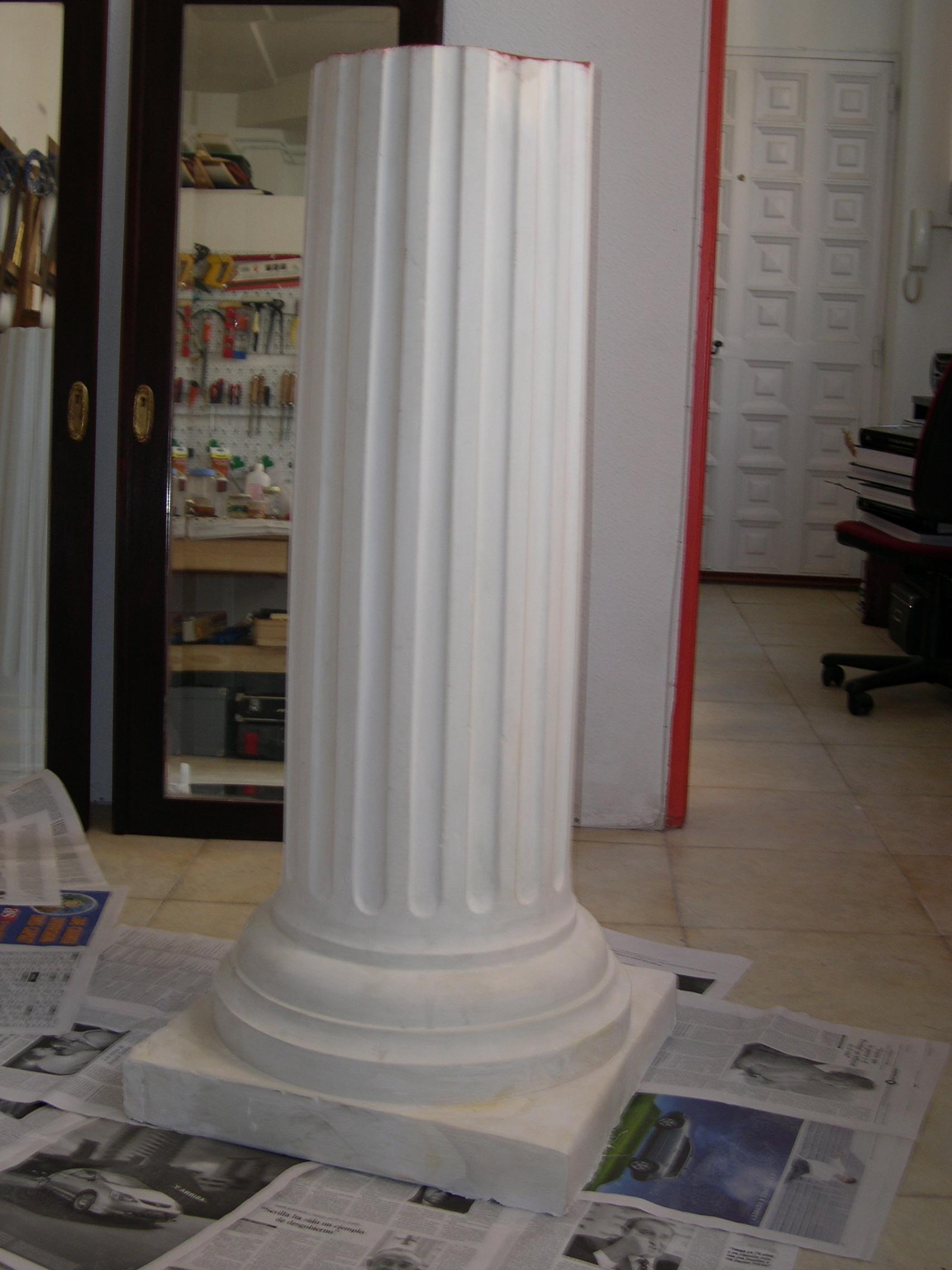 Imitaci n de madera policromada y m rmol en columnas de - Decorar con escayola ...